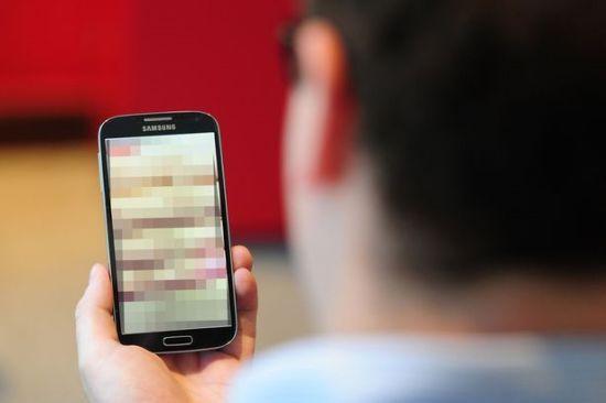 手机大色站_英国半数青少年认为手机发送裸照很正常