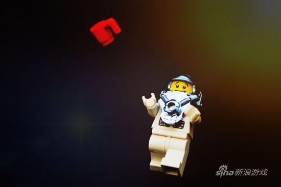 宇航员演示太空零重力喝咖啡。