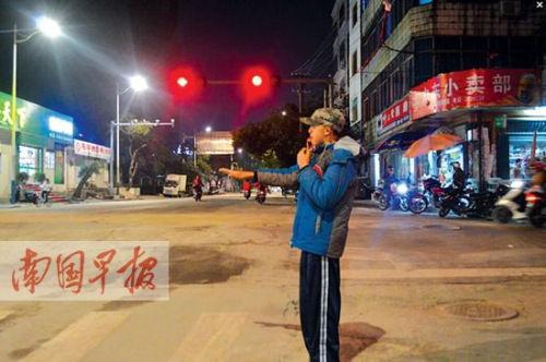 红灯亮起后,蔡文打出停车手势。
