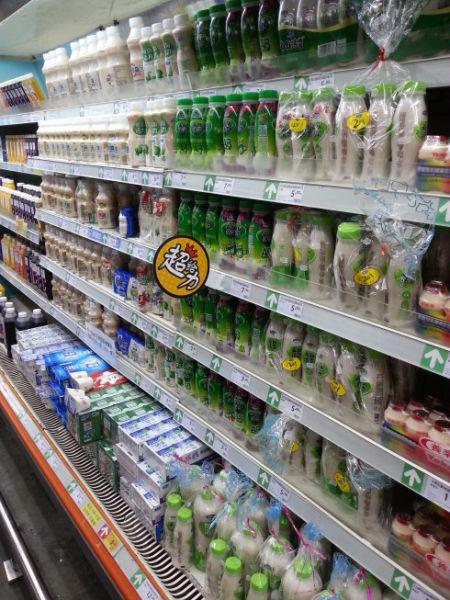 图为:超市里各种各样的乳酸菌饮料.图片