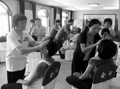 """2011年北京体验营,""""医行天下""""老师教学员拍打头部。"""