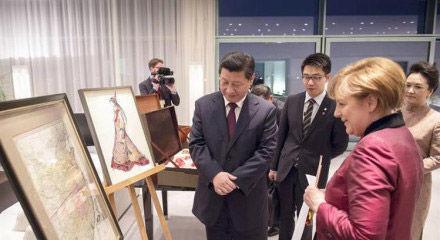 默克尔向习近平赠送1735年中国地图。