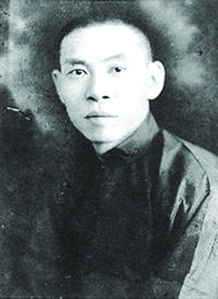 杜月笙(1888年-1951年),原名杜月生,后由国学大师章太炎建议,改名镛,号月笙,是近代上海青帮中最著名的人物之一。