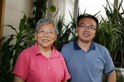 2011年6月10日,彭钢少将在寓所与周海滨合影