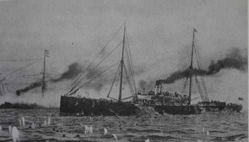 """1894年7月25日,日本偷袭在朝鲜牙山口外丰岛的中国海军北洋舰队,""""高升""""号被日舰击沉。清政府与日本8月1日同时向对方宣战,甲午战争正式爆发。图为正在沉没的""""高升""""号(绘画作品)。"""