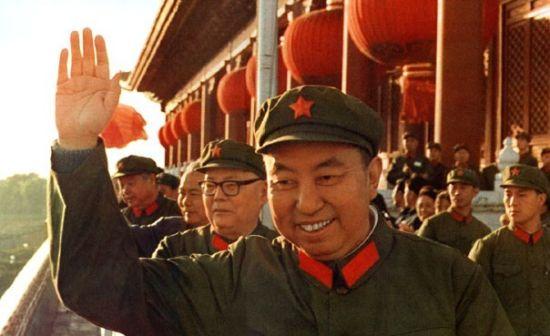 华国锋、叶剑英等在天安门城楼上。