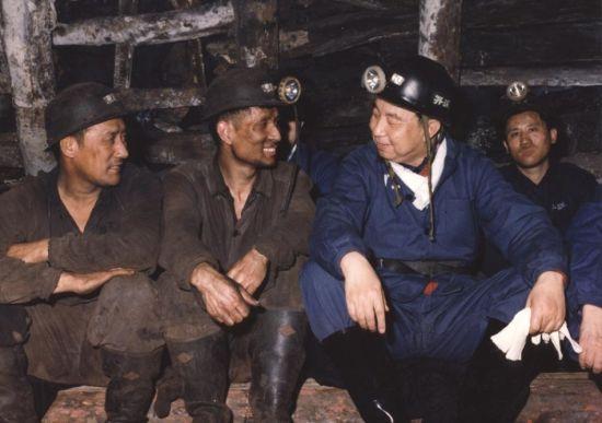 1979年8月30日,华国锋在开滦煤矿与工人聊天。