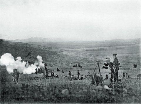 """甲午战争爆发后,号称""""东亚第一要塞""""的旅顺口抵抗了不到一天就陷落了。图为在旅顺口西的方家屯附近,日军山炮队正在开炮。清军在战场上的节节失利,使中日马关谈判的中方代表陷于不利地位。供图/刘香成"""