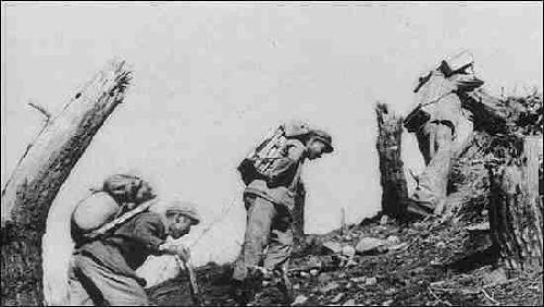 志愿军后勤指战员穿过敌人火力封锁线给上甘岭前沿阵地运送粮弹