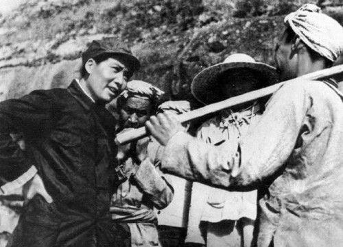 1939年,毛泽东与延安杨家岭农民交谈