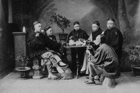晚清,男人们围坐在桌子周围吃饭。