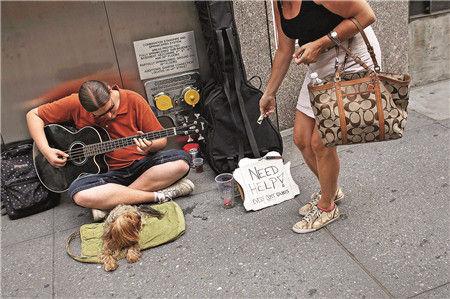 流浪者 2011年6月20日,美国纽约,街头的无家可归者。虽然使流浪人口增加的因素很多,但经济低迷和失业率高企在其中起到了重要作用。