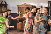 曾黎:疯狂的旗袍集体舞(组图)
