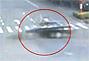男子在路口闯红灯被汽车撞飞几米高