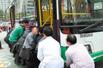 路人自发抬公交车救人