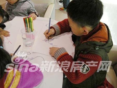 公交童星幼儿园百名小朋友现场绘画