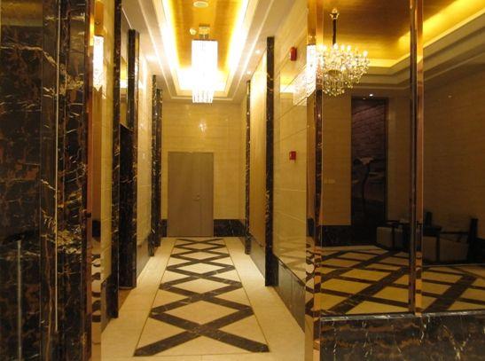 私家电梯入户 营造归家的尊贵感受   万科紫台是万科TOP系城市中心豪宅作品,虎门顶级的国际化上层精品豪宅,紫台业主的尊贵地位是不容置疑的。为满足业主对空间舒适度和身份荣耀的更高需求,万科紫台檀香阁高层采用了一梯一户尊崇配置。特有的刷卡式智能电梯,提升了安全与私密的考虑;一梯一户,刷卡入户,意味着从大堂开始的空间,就已经属于住户私人所有。这种同步于美国曼哈顿富人聚集地上东区富人豪宅的入户方式,无须为安全顾虑,让住户收获最大限度的尊贵与私密。加上大平层带来的极致空间感受,让住在高层的业主享受别墅般的生