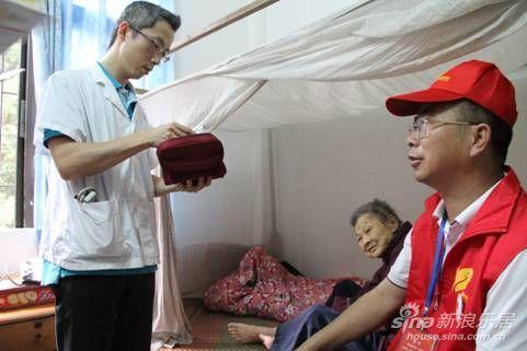 碧桂园志愿者与医生一起探访老人