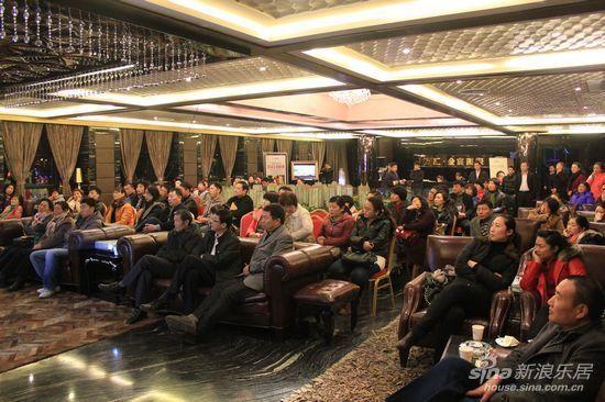 全场座无虚席 很多人只能站着听讲座