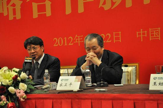"""宋卫平(右)与孙宏斌(左)是本轮楼市调控中最富戏剧性的归来的""""大佬"""",二人援手相助,惺惺相惜"""