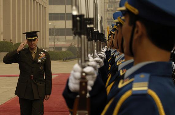 美军参联会主席佩斯参观解放军99式坦克(图)