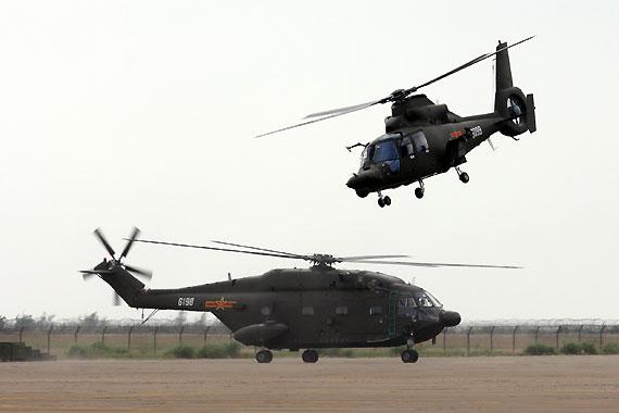国产武直九WE武装直升机与直八KA直升机进行飞行表演摄影:安京新浪独家图片,未经许可不得转载。