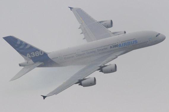 空客A380在珠海航展现场进行飞行演习。(冰凉摄新浪网独家版权,禁止转载)