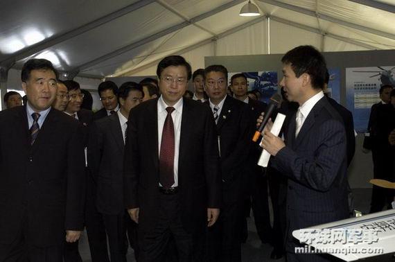 国务院副总理张德江国防部长梁光烈视察救灾展。