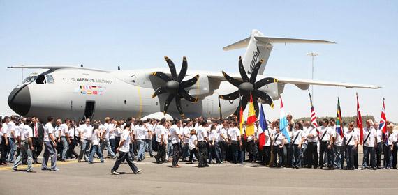 "A400M是目前世界上参与研制国家最多的大型军用飞机项目,有""世界运输机""的美誉。"