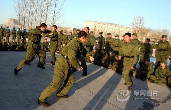 资料图:新兵训练间隙进行自由搏击表演