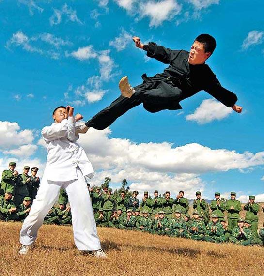 资料图:老战士为新战友进行搏击表演。韦家骏摄