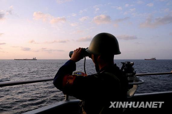 """1月12日,在中国海军护航编队的亚丁湾护航行动中,一名战士在""""武汉""""舰上执勤。新华社发(钱晓虎摄)"""