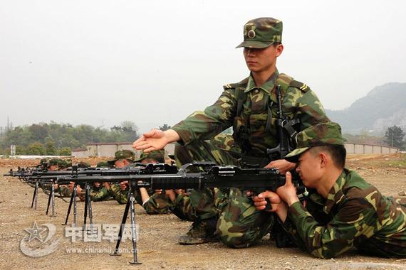 资料图:解放军进行机枪实弹射击训练