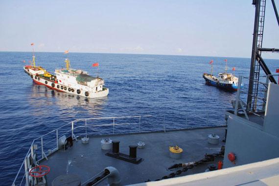 """中国船只8日在南海包围美军监测船""""无瑕""""号事件引发的余波持续震荡。"""
