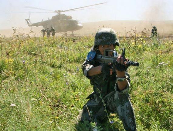 资料图:中国军人在俄罗斯参加和平使命-2007上合组织联合军演
