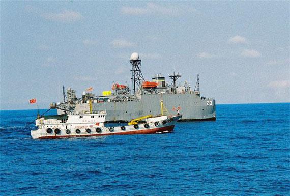 """我国舰艇驱逐美军""""无暇""""号监测船"""