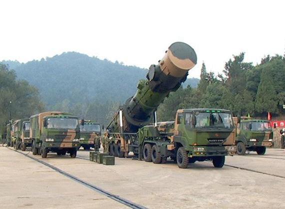 资料图:中国东风-21导弹发射车