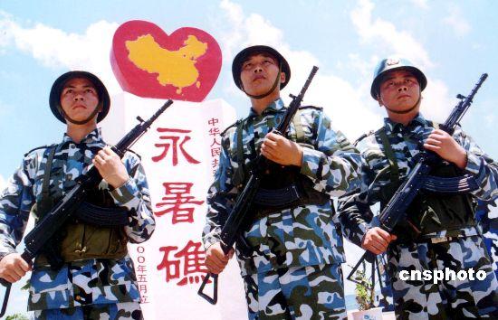 中国守礁官兵头顶烈日守卫国土。中新社发韩海冰摄