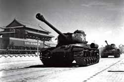 1951 National Day, I tank crews driving a Soviet tank from passing through Tiananmen Square. (Lin Yang photo )