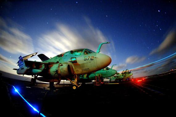 美制EA-6B徘徊者舰载型电子战机