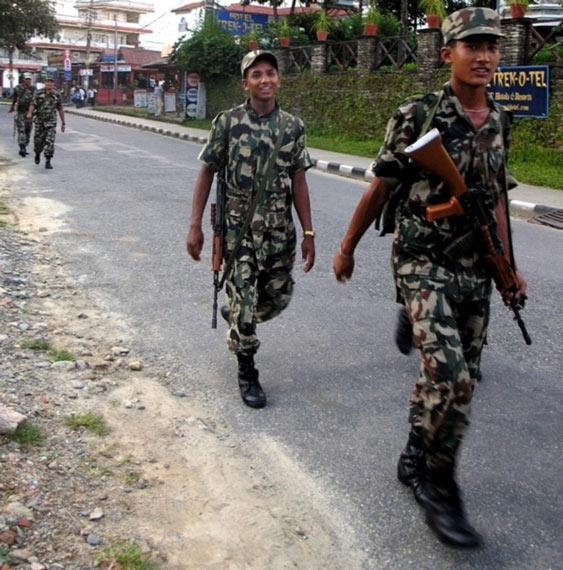 尼泊尔国防军士兵装备印度国产英萨斯步枪