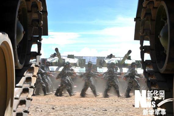 西藏军区某摩步团列装的国产新型96改型主战坦克孙国明摄