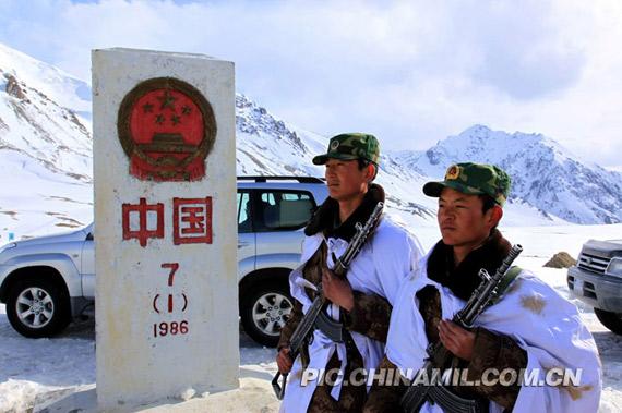 新疆军区边防士兵驻守国门。王烈摄影