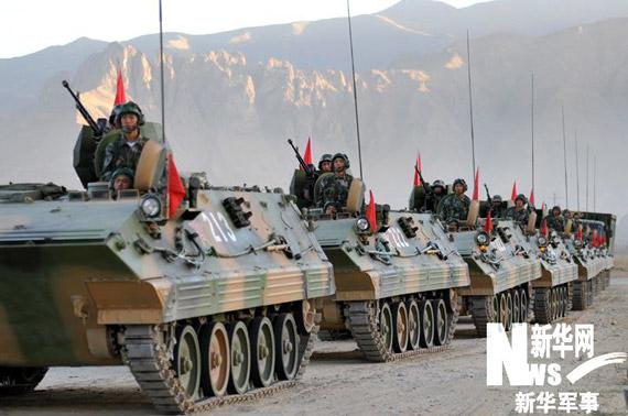 资料图:解放军驻藏部队装甲车编队机动。孙国明摄(西藏军区政治部提供)