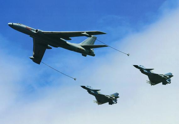 中国空军轰油六加油机与两架歼10战机组成空中编队
