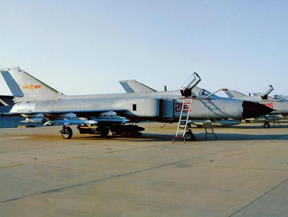 中国空军歼-8战机挂载PL12中距空空导弹