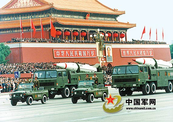 导弹方阵通过天安门。本报记者范江怀摄