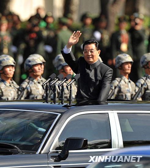 胡锦涛乘检阅车检阅受阅部队。新华社记者王定昶摄
