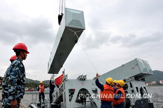 资料图:南海舰队军人吊装新型反舰导弹。