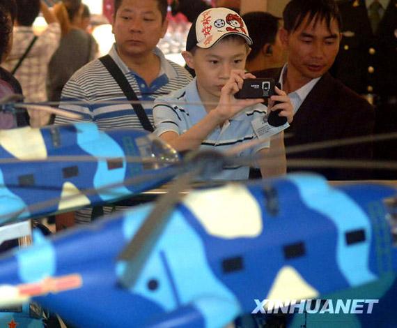 10月6日,参观者在观看国庆60周年阅兵装备模型。新华社记者公磊摄